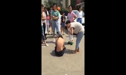 Cô bồ nhí ở Trung Quốc mắc kẹt trên dây điện