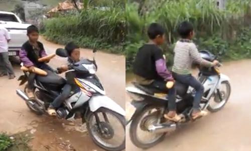 Hai đứa trẻ chạy xe máy đi mua bánh mỳ
