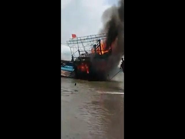Tàu cá bốc cháy