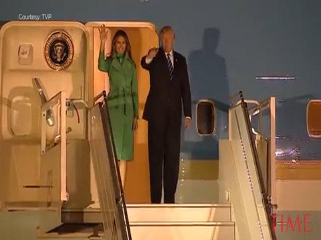 Bà Trump diện áo khoác xanh ngọc trong chuyên công du tới Ba Lan