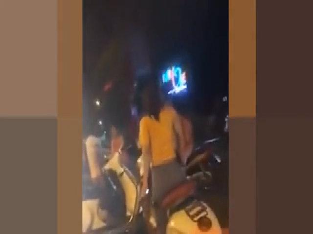 Con dâu cầm dép ném mẹ chồng giữa phố Hà Nội