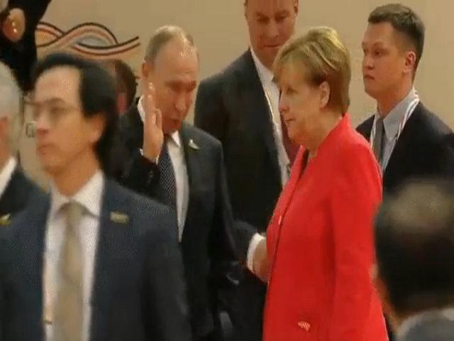 Biểu cảm của Merkel khi gặp Putin gây chú ý