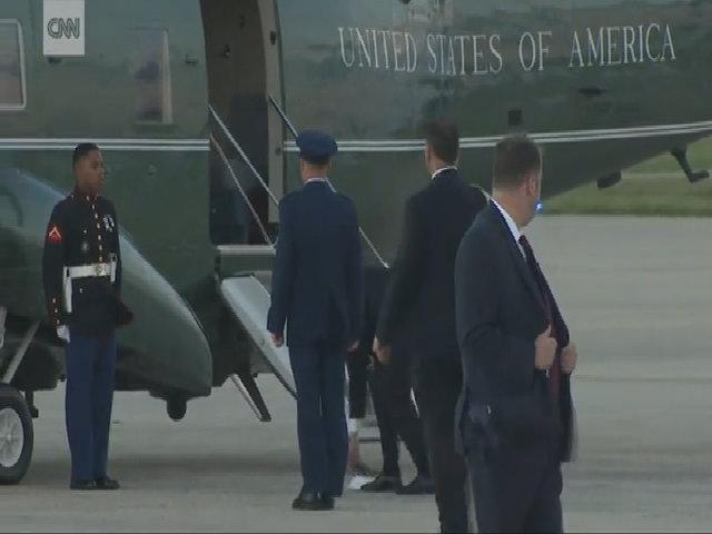 Trump nhặt mũ giúp lính Mỹ