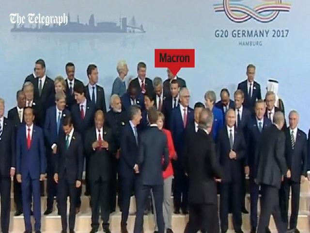 Tổng thống Pháp len lỏi xuống đứng cạnh Tổng thống Mỹ