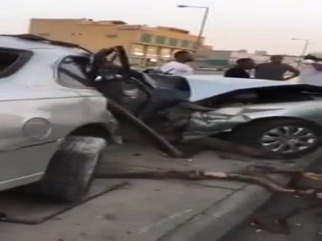 Ôtô gãy đôi khi lao vào cột đèn
