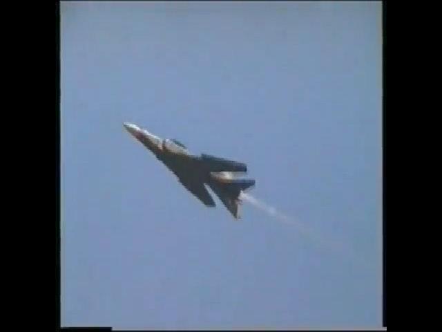 Tiêm kích MiG-23 biểu diễn cánh cụp cánh xòe
