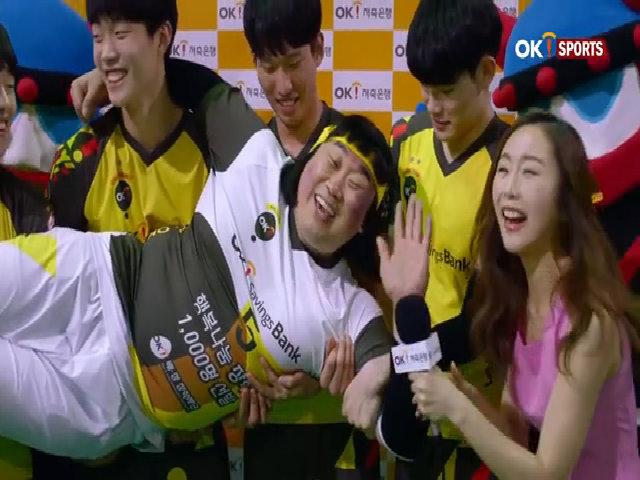 Triệu fan nữ xứ Hàn phát cuồng vì màn cứu thua của tuyển thủ bóng chuyền