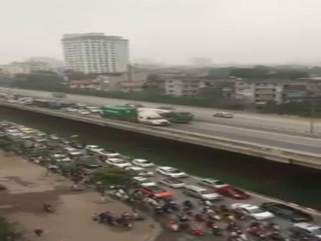 Hai container 'rùa bò' cản đường hàng trăm ôtô