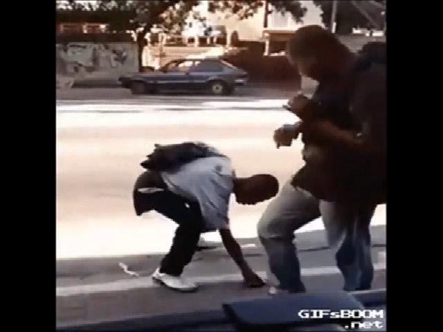 Người đàn ông tức giận vì nhặt điện thoại trên đường