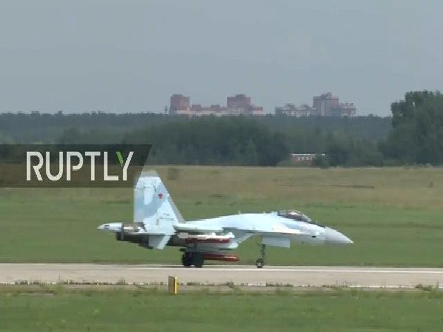 Tiêm kích Su-35S Nga khoe vũ khí khủng tại triển lãm hàng không