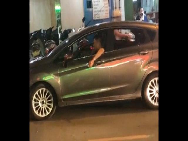 Tài xế ôtô giật, lắc người bất thường trên phố Sài Gòn