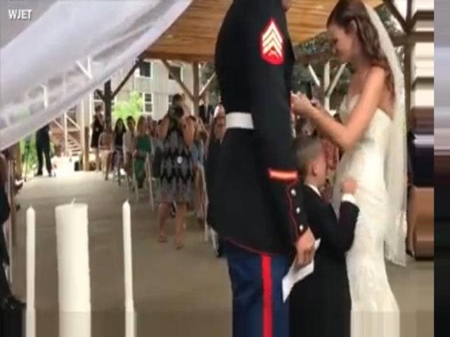 Cậu bé Mỹ nức nở ôm lấy mẹ kế trong đám cưới