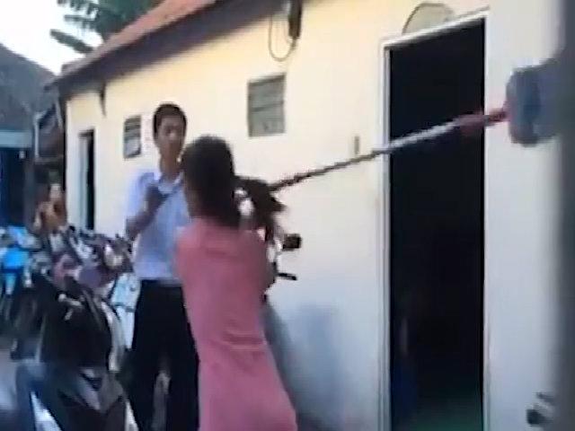 Vợ đi đánh ghen bị 'bồ nhí' của chồng cầm chổi rượt