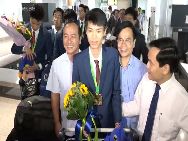 Người thân háo hức đón các thí sinh thi toán Olympic về đến Hà Nội