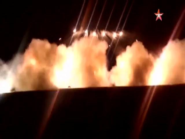 Pháo phản lực BM-21 Grad diễn tập ban đêm