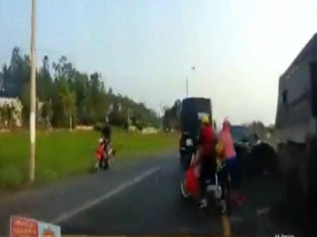 Ôtô tải chạy ngược chiều cán qua hai người đi xe máy