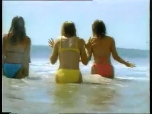 Tại sao ba người đẹp bikini thất kinh khi thấy nhân viên cứu hộ?