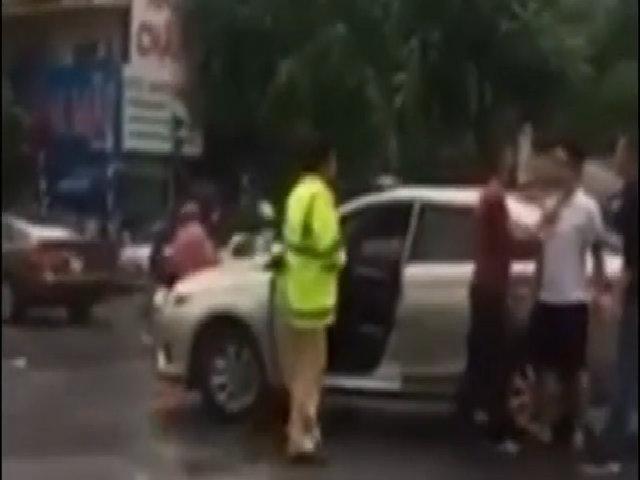 Tài xế ôtô dùng gậy golf tấn công cảnh sát giao thông