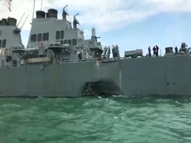 Chiến hạm Mỹ thủng lỗ lớn sau khi va chạm tàu chở dầu
