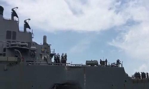 Khu trục hạm Mỹ móp mạn trái đuôi sau va chạm với tàu hàng