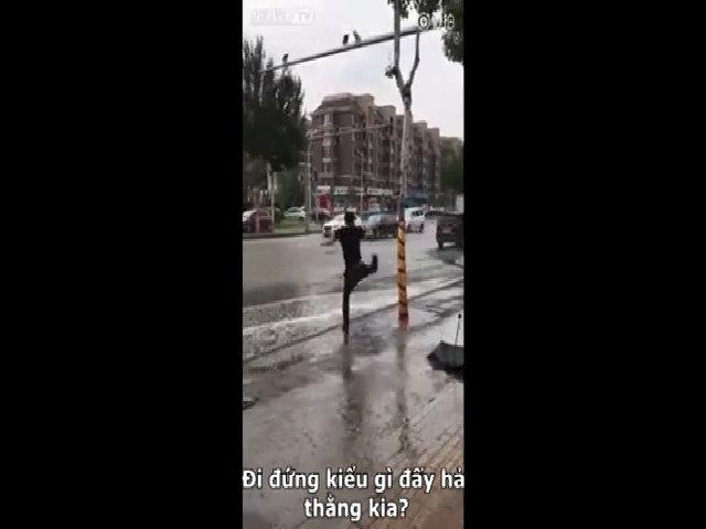 Chàng trai tức giận vì bị ô tô tạt nước vào người