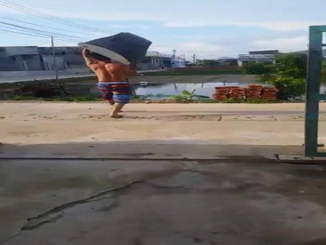Người đàn ông vứt ti vi vì bóng đá Việt Nam thua thảm Thái Lan