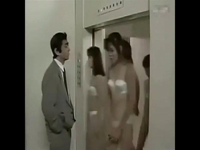 Người đàn ông méo mặt vì gặp toàn mỹ nhân trong thang máy
