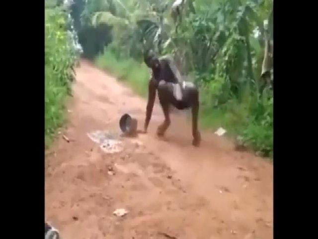Chạy thục mạng vì gặp rắn giữa đường