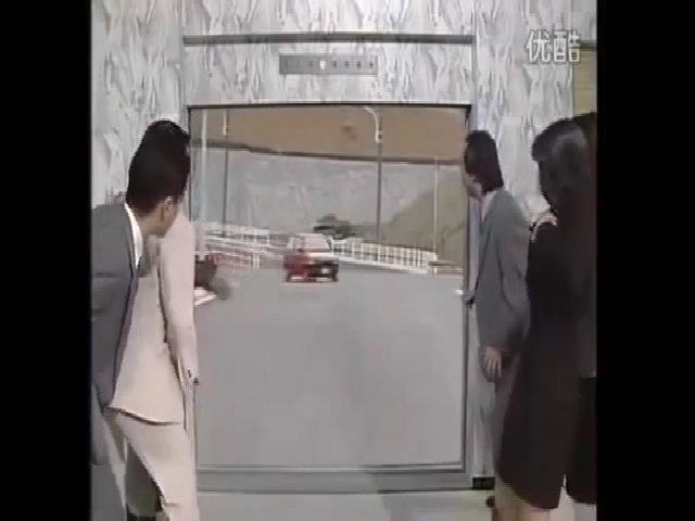 Đám đông hoảng sợ vì ô tô lao ra từ thang máy
