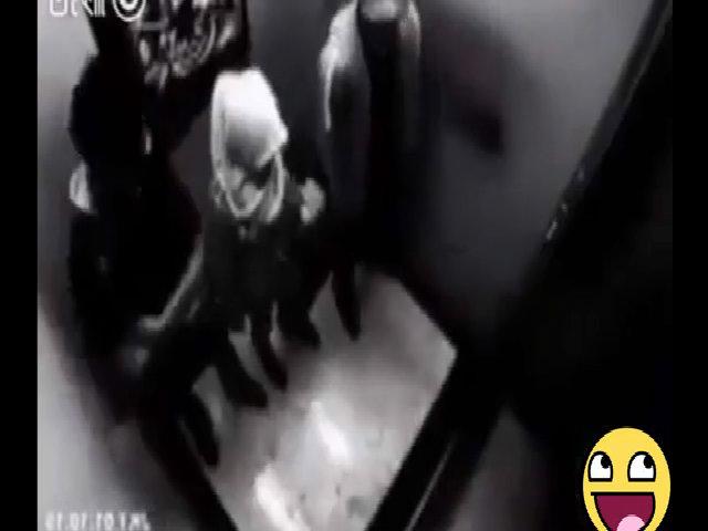 Lãnh đủ vì cướp nhầm nữ cao thủ trong thang máy