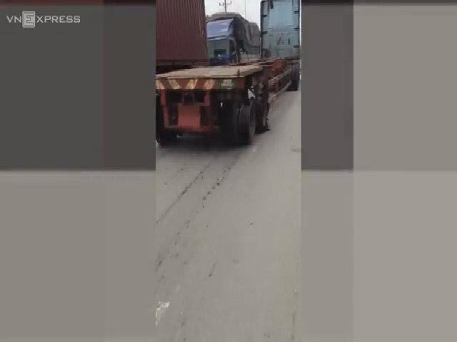Xe container phóng trên đường dù 4 bánh nát tơm