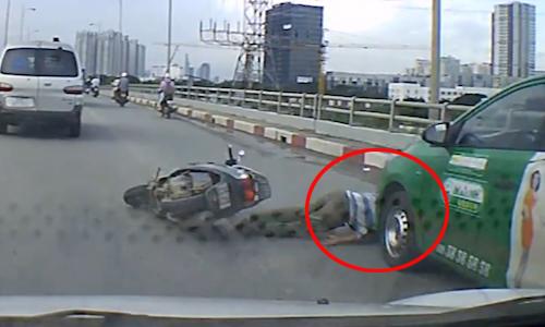 Người đi xe máy thoát chết chết thần kỳ khi ngã trước đầu taxi