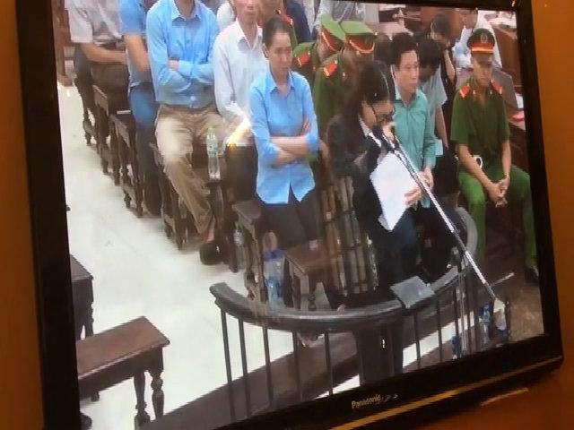 Hoàng Thị Hồng tứ khóc tại tòa