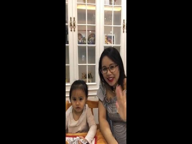 Ms Hoa vừa dạy vừa trò chuyện tiếng Anh với con