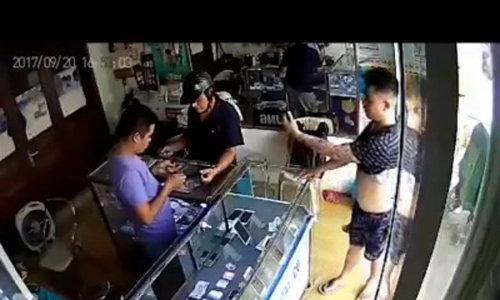Vị khách xăm trổ đi thụt lùi, lấy chiếc iPhone chưa trả tiền - Video embed - VnExpress