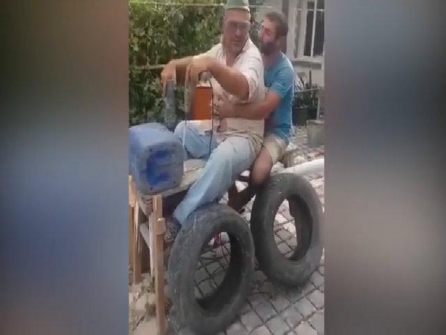 'Siêu xe' tự chế của hai người đàn ông