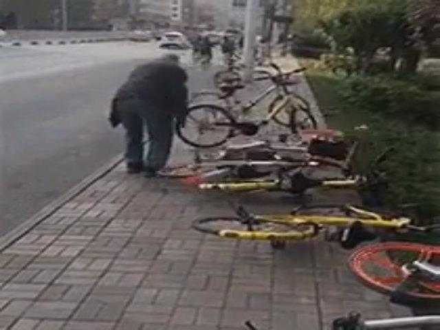 Đập phá, vứt bỏ xe đạp công cộng - Chuyện gì đang xảy ra với người Trung Quốc?