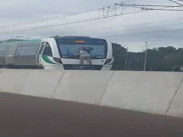 Thanh niên Australia treo mình ngoài đoàn tàu chạy 110 km/h