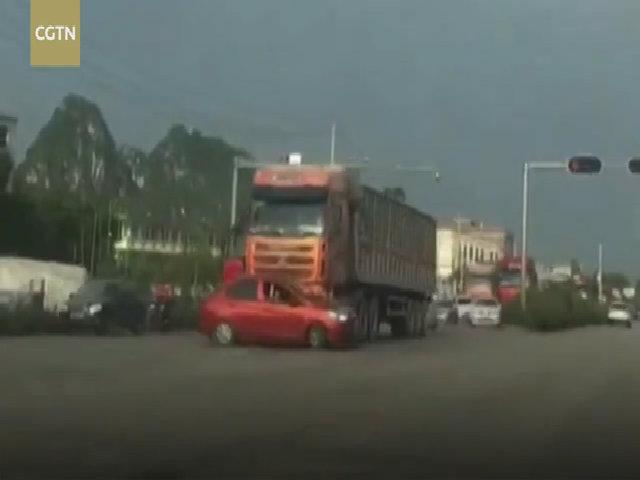 Tài xế xe tải ủn ôtô đi 200 m mà không hay biết