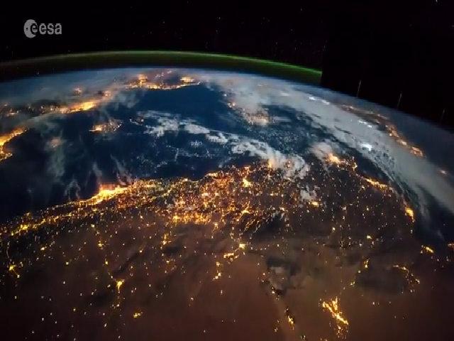 Đèn thành phố và sấm chớp nhìn từ vũ trụ