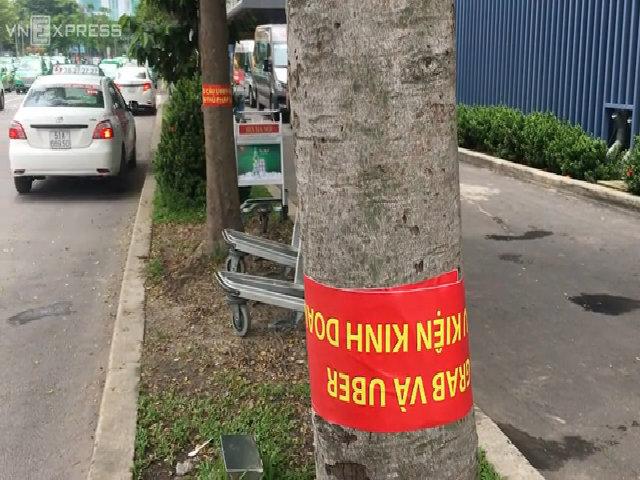 Hàng loạt tài xế taxi gỡ bỏ biểu ngữ phản đối taxi công nghệ