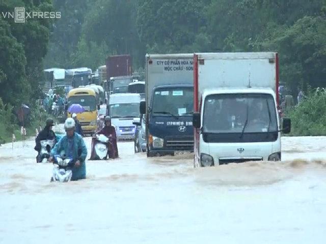 Quốc lộ 6 Hòa Bình ngập sâu trong nước lũ giao thông ùn tắc
