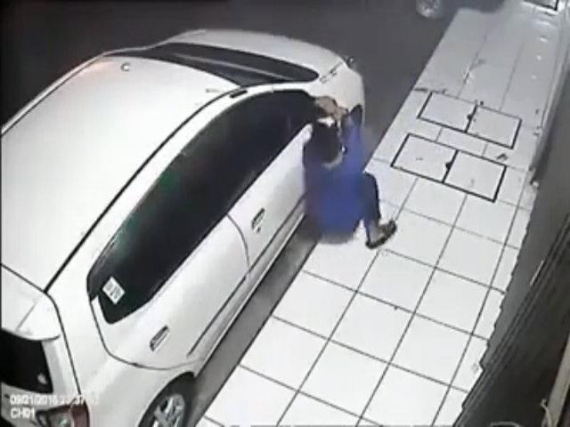 Hai tên trộm khốn đốn vì gương ôtô quá chắc