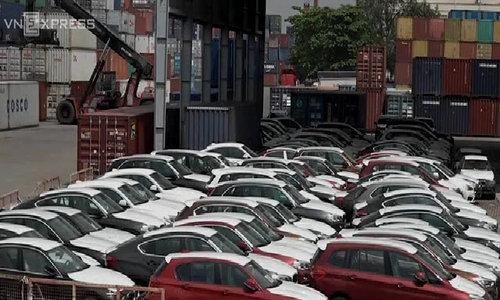 Hơn trăm xe BMW nằm phơi nắng mưa ở cảng Sài Gòn