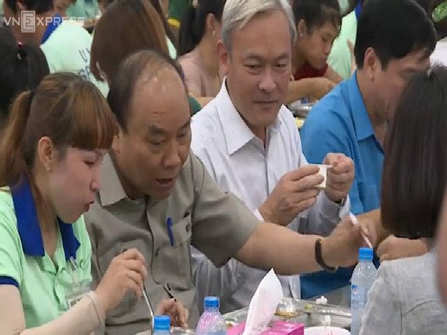 Thủ tướng vào bếp ăn cơm cùng công nhân Đồng Nai