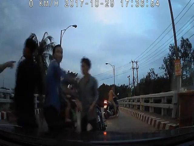 Hai thanh niên chạy xe máy chặn đầu ôtô gây hấn bị đánh tới tấp