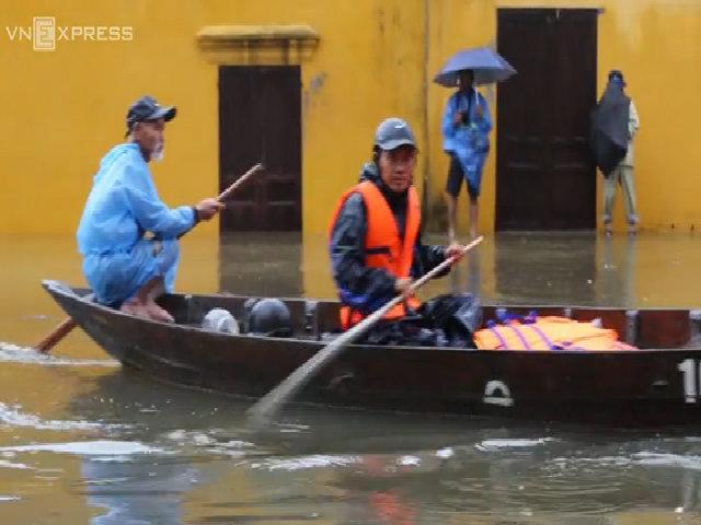 Người dân, du khách ở Hội An chèo ghe dọn đồ chạy lũ