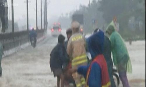 Hàng trăm xe ôtô nuối đuôi nhau vượt qua nước lũ trên Quốc lộ 1A
