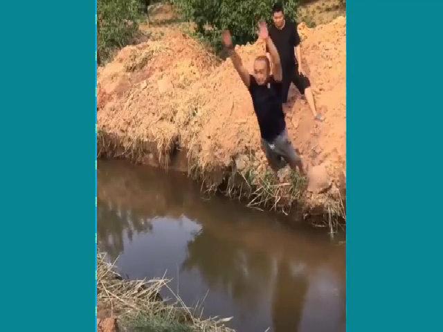 Ngã xuống nước vì bị bạn chơi khăm