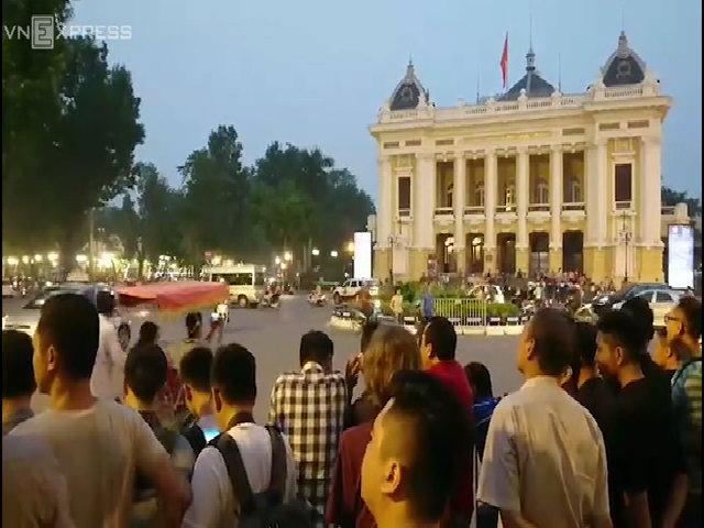 Hàng trăm người dân đứng đợi Tổng thống Mỹ